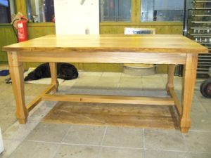 Bord oljad ek med vankant