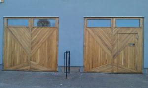 Designat  panelmönster, portar i ek med dörr i
