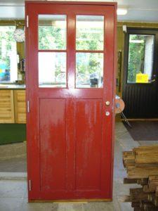 Halv ytterdörr röd och vitmålad