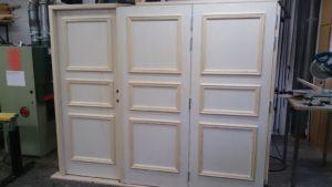 Portar 1 dörr inåtgående 2 dörrar utåtgående