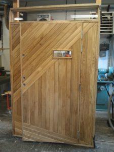 Ytterdörr oljad ek med ovanljus och designad panel med tittglugg