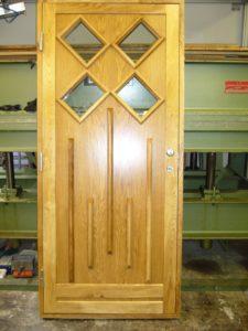 ytterdörr oljad ek med ovanlig design och placering av glas