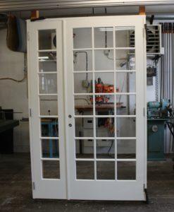 Par innerdörrar vit målad furu med spröjs