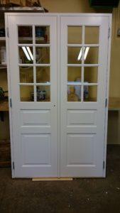 par innerdörr vit målad med spröjs och speglar